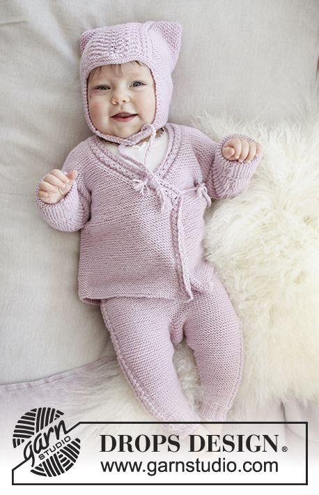 Hello Kitten / DROPS Baby 29-9 - Settiin kuuluu: Vauvan aaltokuvioinen korvalappumyssy. Kietaisujakku ja ainaoikeinneulotut pitsihousut. Koot keskonen - 4 vuotta. Setti neulotaan DROPS Baby Merino -langasta.