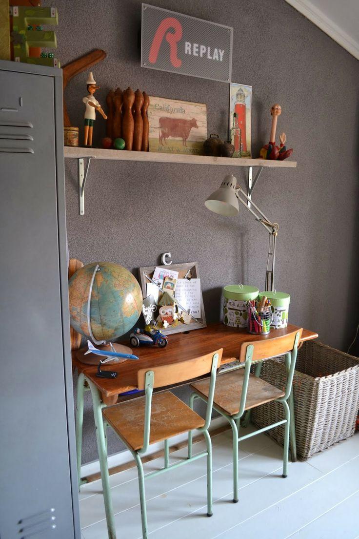 Vintage kinderkamer bureau. Meer kinderkamer inspiratie vind je op http://www.wonenonline.nl/slaapkamers/kinderkamer/