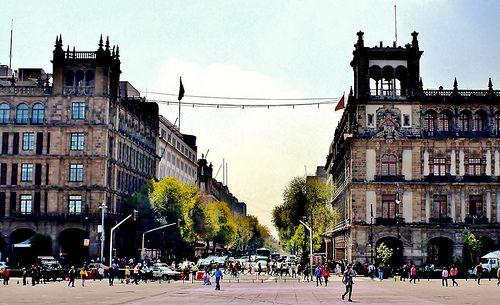 Ciudad de México, Desembocadura de Diagonal 20 de Noviembre en Plaza de la Constitución.   Flickr: Intercambio de fotos