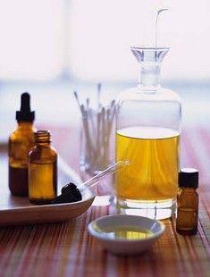 Masque maison huile Tea Tree contre l'acné. >>> 2 cs d'argile verte en poudre >>> jus d'un demi citron vert >>> 3 gouttes d'huile Tea Tree. Mélangez 2 cuillères à soupe d'argile verte en poudre au jus d'un demi citron (vert). Ajoutez au mélange 3 gouttes d'huile d'arbre à thé. Mélangez la préparation afin d'obtenir une pâte lisse bien homogène. Appliquez sur le visage préalablement nettoyé en évitant le contour des yeux. Laissez le masque agir durant 15 à 20 min puis rincez à l'eau tiède.