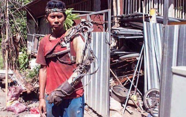 インドネシアのバリ島に住む男性。腕が麻痺して動かなくなったので、ネットでバイオニックアームの作り方を調べて自分で作ってしまったらしい…。素晴らしいDIY精神 - ツイナビ   ツイッター(Twitter)ガイド