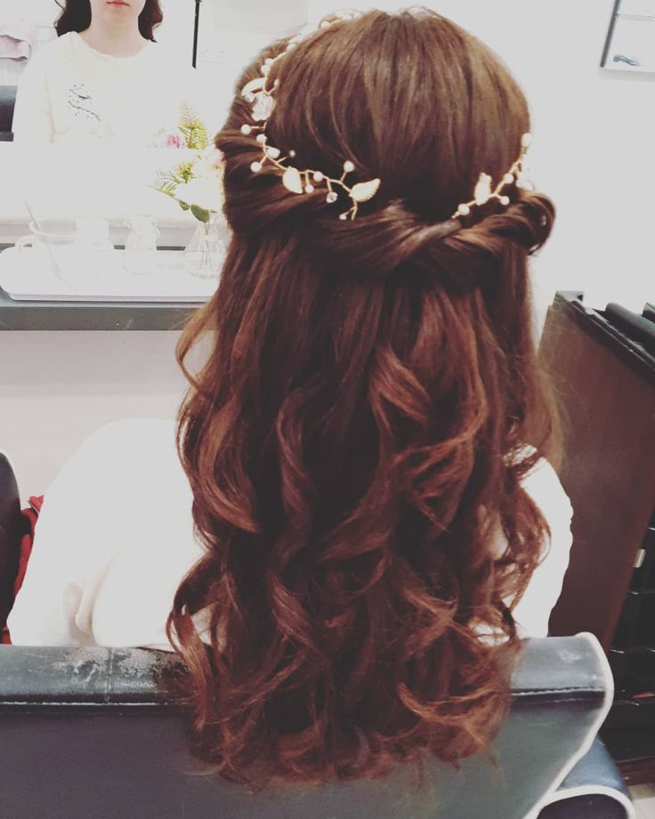 Half up half down styles are just so pretty but that extra bit of sparkle in a hairpiece just give it that little bit more glam  #hair #hairup #hairst...