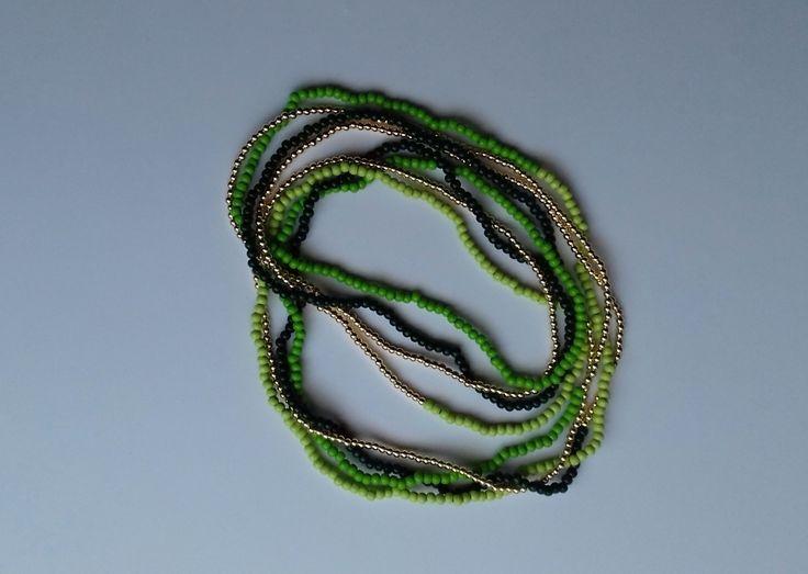 Náhrdelník+zelený+Náhrdelník+je+vyroben+z+dřevěných+korálků+velikosti+4+mm+a+zlatých+umělých+korálků+velikosti+3+mm.