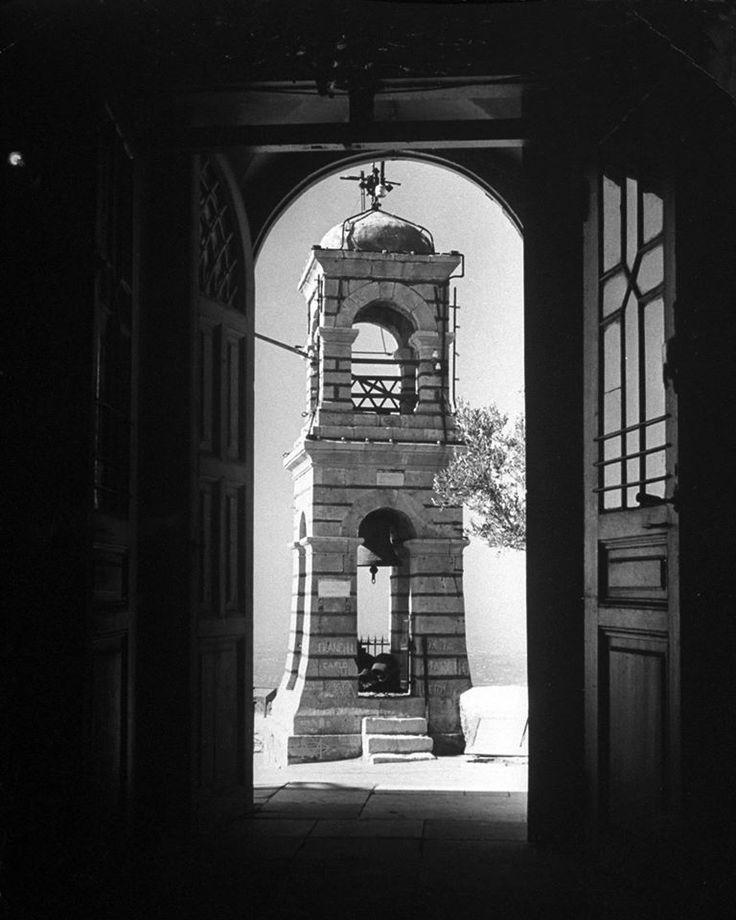 Dmitri Kessel, Δεκέμβριος 1944, Αθήνα, το καμπαναριό του Άι Γιώργη στον Λυκαβηττό.