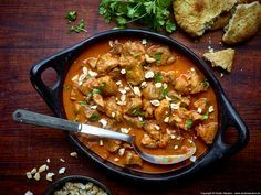 Ceylon Lammcurry Zubereitungszeit: 20 Minuten Kochzeit: 1 Stunde  Zutaten für 4 Portionen  •1 kg Lammschulter ohne Knochen (Nettogewicht ohne Fett) •1 Dose gehackte Tomaten (400 g) •25 cl Kokosmilch •1 Zwiebel •2 gestrichene Teelöffel Curry •1 Brühwürfel •2 Esslöffel Erdnussöl •etwas Butter •1 Teelöffel brauner Zucker •100 g Cashewkerne oder geröstete Mandeln  •gehackter frischer Koriander •Salz und Pfeffer