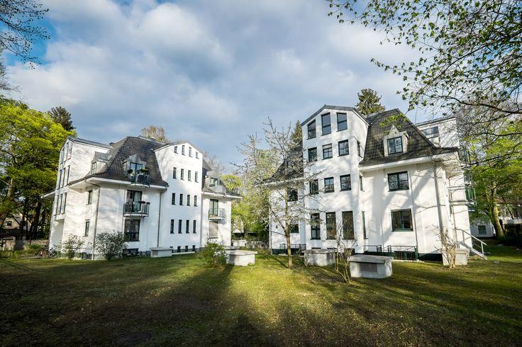 Wohnen in begehrter Potsdamer Lage: Unsere zwei Villen in der Robert-Koch-Straße in Babelsberg-Nord bieten Ihnen 2- bis 6-Zimmer Wohnungen in grüner Lage nahe des Griebnitzsees. Fordern Sie jetzt ein Exposé zu unseren Stadtvillen an: info@ziegert-immobilien.de  + Größtenteils Maisonettewohnungen + Ca. 70 bis 190 m² + Mit Balkon, Terrasse oder Privatgarten