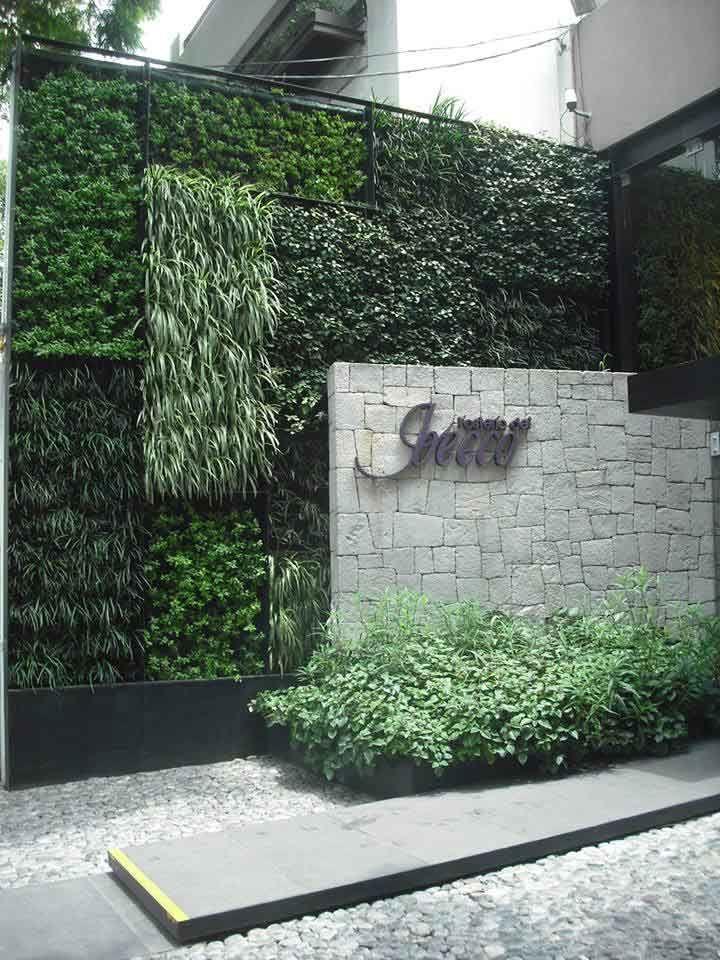 verde 360º muro verde en la entrada del restaurante Jecco