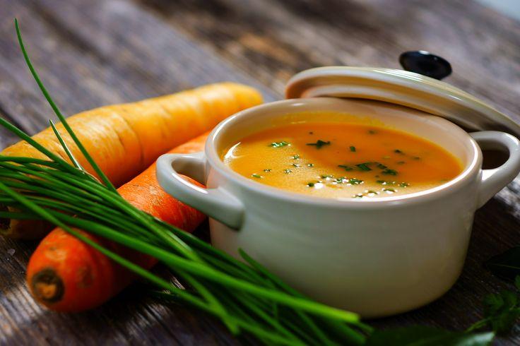 Descubre 7 beneficios de la zanahoria. Además, te contamos cuáles son algunas de sus vitaminas y sus propiedades y por qué es tan beneficiosa.  #Salud #Bienestar