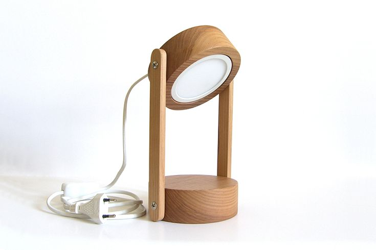 Boston Lamp, lampada da tavolo e da valigia in legno di castagno. Un oggetto di qualitá, resistente, studiato in ogni suo dettaglio e dal design minimale.