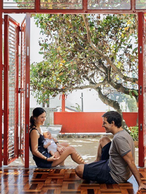 Graças à nova portacamarão vermelha, que integra os espaços, não é preciso sair da sala para desfrutar do jardim.