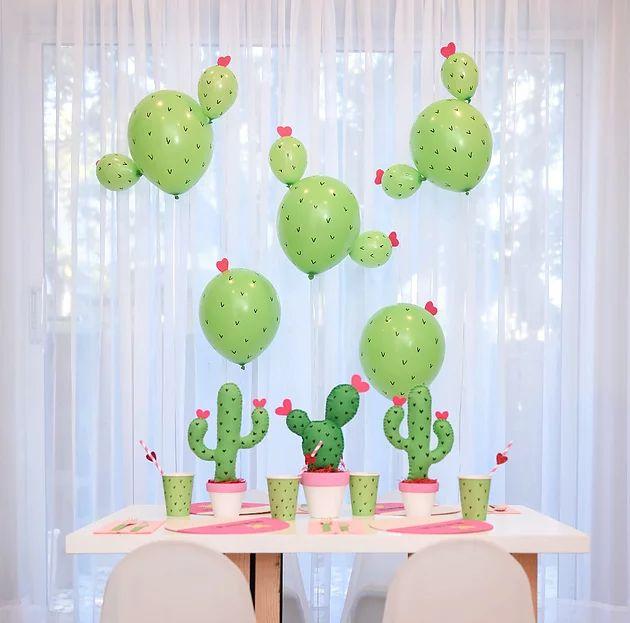 unir globos grandes y chicos, dibujarles para hacerlos parecer cactus