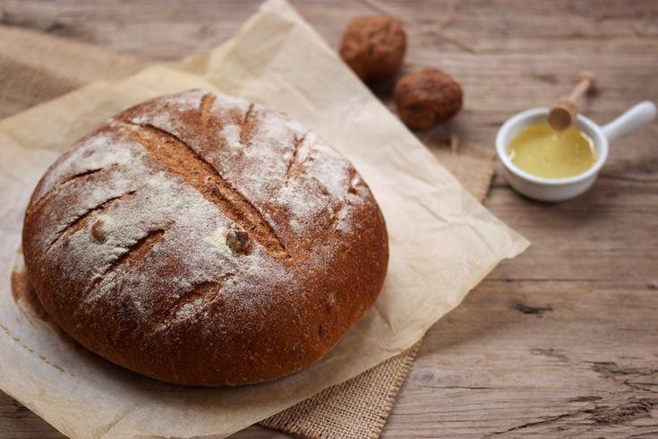 Una ricetta facile per preparare a casa un pane rustico semi integrale alle noci e miele senza grassi. Per provare l'esperienza di sfornare un pane caldo e fragrante