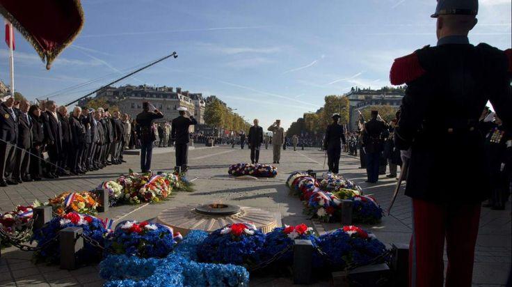 PARÍS El presidente François Hollande asiste a una ceremonia en el Arco del Triunfo durante las celebraciones del Día del Armisticio para conmemorar el 96 aniversario del fin de la Primera Guerra Mundial. (AFP).