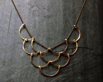~ Acute driehoek ketting door lus sieraden ~  Deze ketting functies twee driehoeken, acuut in een mooie overlapping, het creëren van 5 driehoeken samen. Simplistisch en uniek in enkel de juiste manieren.  Gevormd en gesmeed op blinkend koper ketting met draad wrap detaillering op de clasp, lichtgewicht en makkelijk te dragen.  * Hanger metalen opties zijn (* keten is messing):  ~ 14K Gold-Fill (aanbevolen) ~ Zilver ~ 14K Rose Gold-vulling ~ Sterling en goud-Fill  Uw keuze van de gesp…