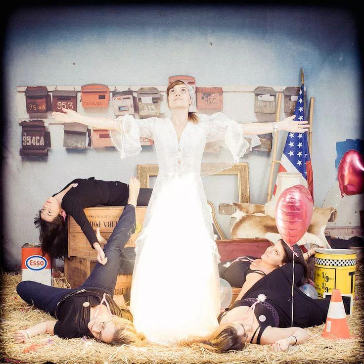 EVJF, enterrement de vie de jeune fille, enterrement vie fille, EVJF LYON, EVJF PARIS, EVJF Lille, EVJF Toulouse, anniversaire, event, idée EVJF, studio photo, paille, fun, décalé, drole, meilleur idée, photographe, décor, accessoire, vintage, déguisement, mariage, robe de mariée, mariée, future mariée