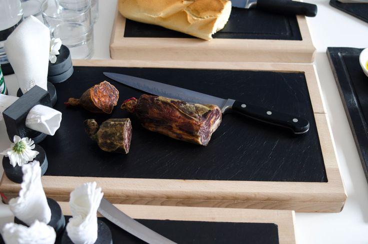 Unas tablas especialmente diseñadas para cortar y servir directamente en la mesa #platos #pizarra #ardoise #slate #decoración #deco #cuisine #interior #food #kitchen #entrantes #regalos #cadeaux