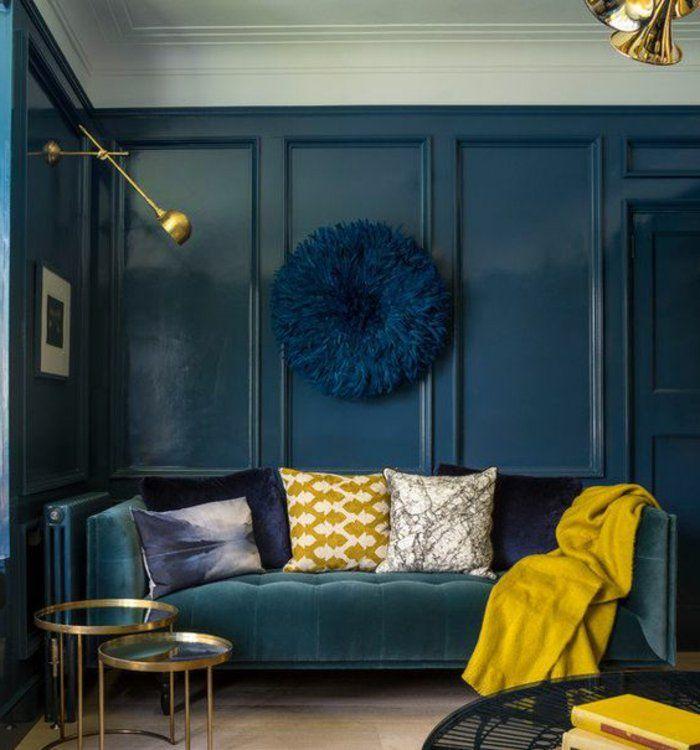 couleur canard, coussins déco et tables rondes gigognes, déco murale bleue et plaid jaune