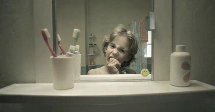 """Un Cortometraje dirigido por la compañía """"RAMÓN+PEDRO"""" integrada por Antoine Tinguely y Laurent Fauchere. Este cortometraje narra la vida y el crecimiento de un hombre resumido en el tiempo en el que alguien se lava los dientes. Dentro del cortometraje se muestra sólo un escenario constante que tiene como objeto principal al espejo en donde vemos reflejada la imágen de este hombre en constante cambio. Asu alrededor, algunos objetos cambian al igual que las actitudes del sujeto en sí."""