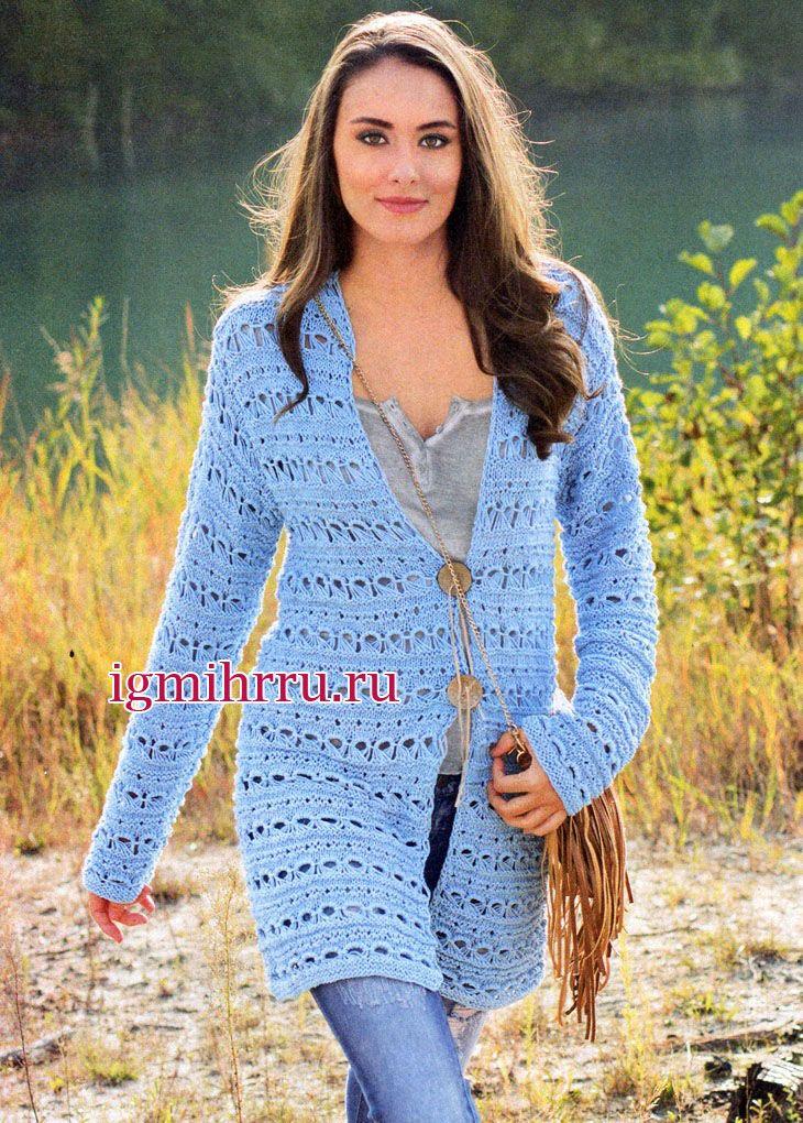 Удлиненный голубой жакет с ажурными полосами. Вязание спицами