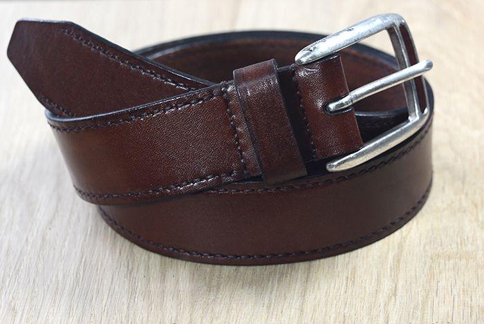 Классический мужской кожаный ремень под повседневные брюки. Выполнен из натуральной цельной кожи КРС высокого качества. Тонирование, шитье вручную седельным швом. Пряжка классическая, хромированная.