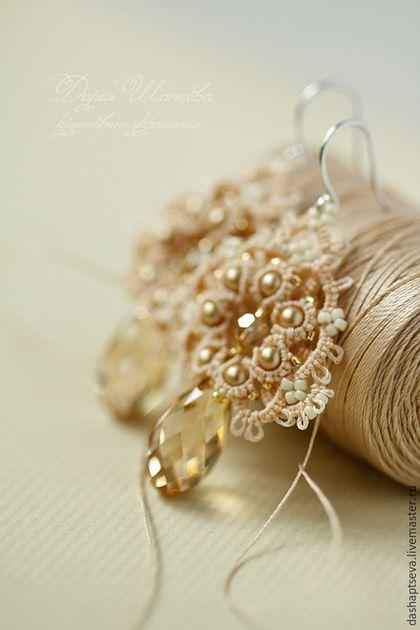 Свадебные серьги для невесты. Кружевные серьги помогут подчеркнуть красоту свадебного платья перекликаясь ажурными декоративными элементами, а кристаллы Сваровски придадут шарм своей игрой гранями.