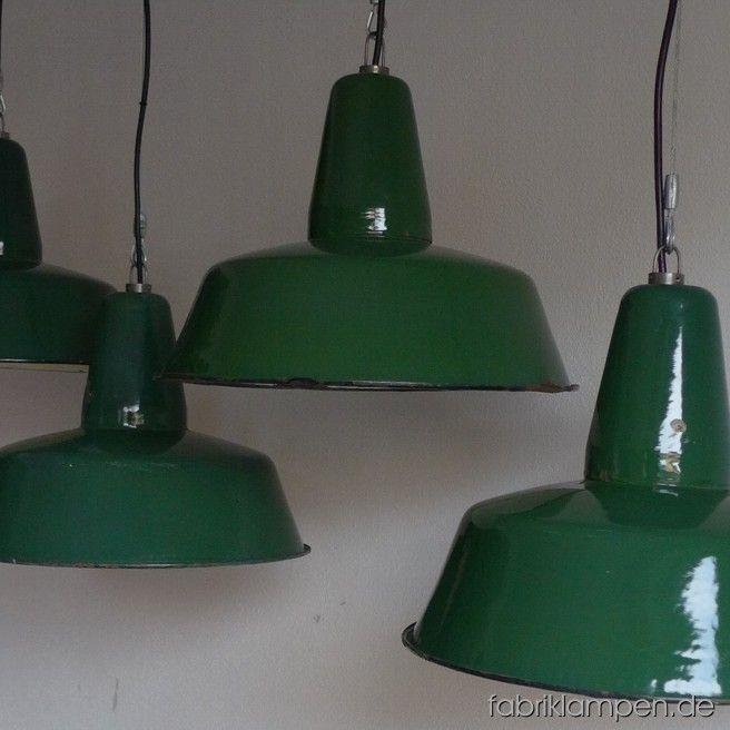 Seltene grüne Industrieleuchten. Material: grün emaillertes Blech. Die Lampen haben die Spuren der vergangenen Jarhzehnten (Verfärbungen innen und außen, Abplatzer, Roststellen etc.) wie es auch sein soll. Sie sind gereinigt, neu elektrifiziert und mit Drahtseil-Aufhängung ausgestattet. Die Lampen haben E27-Fassungen und sind mit allen gängigen Leuchtmitteln einsatzbar (incl. LED- und Energiespar-Birnen). Die Maßen: Höhe ca. 30 cm, Durchmesser ca. 41 cm. Die Lampen können auf Wunsch mit…