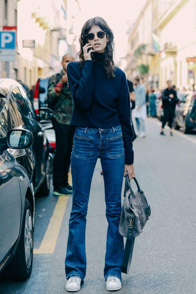 Black turtle neck flare jeans white tennis shoes treet looks à la Fashion Week printemps-été 2016 de Milan