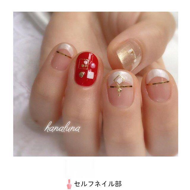 (@hanaluna0712)さんの、 「chandelier」を紹介します💅🏻 . 〜やり方〜 ☆すべての指にベースコートを塗る。 【親指】 1.淡めのゴールドを2度塗りする。 2.爪中央にEspoleur 3Dネイルアートシール スクエアパーツ(以下スクエアパーツ)の中から、白・金・透明・金・白の四角の並んだシールを横長になるように貼る。 【人差し指・中指・小指】 1.白いパールで2〜3㎜程度のフレンチを描き、2度塗りする。 2.ゴールドラインテープフレンチの端と端を繋ぐように貼る。 3.中指のみ、スクエアパーツから、金縁に白い四角と、金色の四角が繋がっているシールを、ラインテープを跨ぐように貼る。 4.中指のみ、シールの下方に金のブリオンを乗せる。 【薬指】 1.赤を2度塗りする。 2.スクエアパーツから、金縁に白丸1つ、金丸2つのシールを、爪左上方に貼り、白い四角(小)を爪右下方に貼る。 3.白い四角(小)と同じくらいの大きさのパールを白い四角の上方に、金の丸いスタッズを白い四角の左方に乗せる。 ☆最後に全ての指にトップコートを塗る。 . 〜使う物〜…