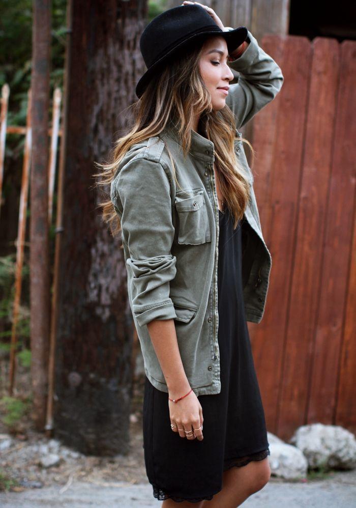 Pour réchauffer les soirées d'été, rien de tel qu'une veste militaire sur la petite robe noire (Julie Sarinana)