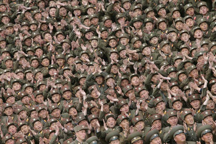 Soldados que participaram da construção do albergue de Kim Jong Suk Pyongyang em Fábrica Têxtil, aplaudem os trabalhadores durante uma sessão de fotos com o líder norte-coreano Kim Jong Un, na Coréia do Norte.  Foto: Korea Central News Agency/Reuters