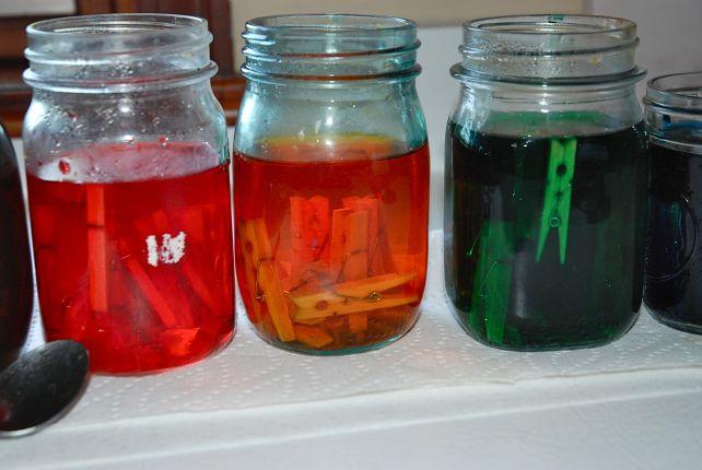 Dye clothes pins using vinegar & food coloring