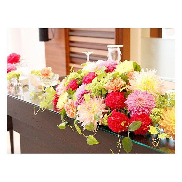 . . 色鮮やかなダリアを使った 秋色ウエディング♡ ダリアには、 「華麗」「優雅」「気品」 と言う花言葉があります! 素敵なお二人にぴったりの装花でした♪ . #flowerwalkpopo #富山県 #花嫁準備 #プレ花嫁 #結婚式準備 #結婚式 #ウェディング #テーマウェディング #オリジナルウェディング #キャナルサイドララシャンス #ララシャンス#花屋 #花 #メインテーブル #メイン装花 #秋 #暖色 #大人 #おしゃれ #素敵 #ブライダル #wedding #weddingflowers #bride #bridal #bridalflowers #instflower #flowerstagram #flowerpic#autumn