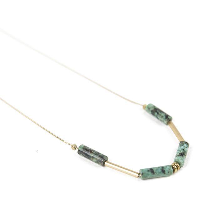 El collar Verde está formado por cuatro piedras africanas y dos doradas todas ellas con forma cilíndrica. La cadena dorada, libre de níquel y...