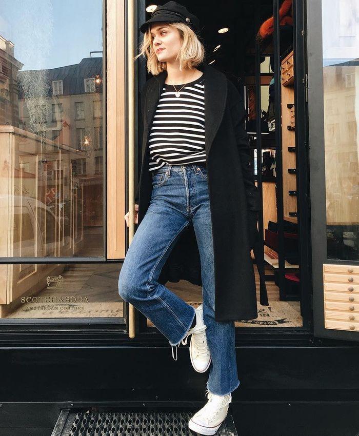 Baskets blanches + jean flare 7/8 + marinière + manteau noir = le bon mix (instagram Adenorah)