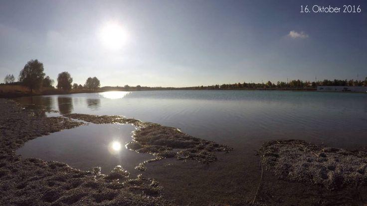 Die Sonne scheint und spiegelt sich im See