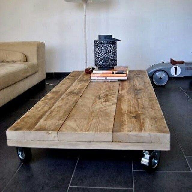 Mesinha de centro moleza pra fazer hein. Fixe os rodízios numa base de madeira. Por cima, coloque algumas ripas no mesmo tamanho. Pro acabamento, verniz. #diy #facavocemesmo #maonamassa #doityourself #homensdacasa