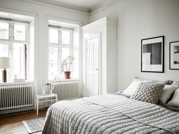 Vackra flaggfönster och ljusa toner på väggarna