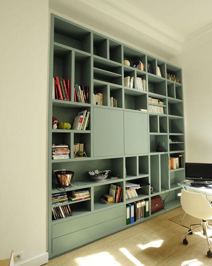 Bibliothèque sur mesure avec rangements et portes