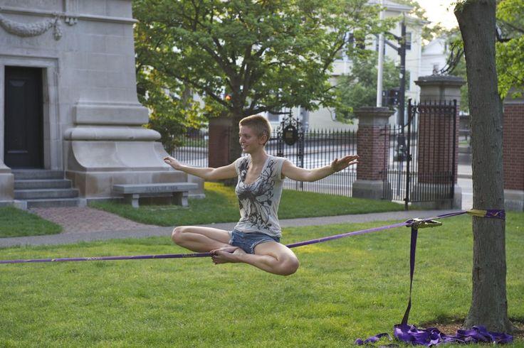 En la cuerda floja. Trickline. Se practica con una cinta a una distancia mínima del suelo.
