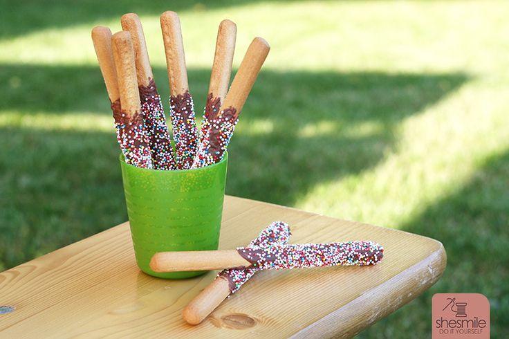 Bunte Schoko-Zuckerperlen-Grissini für den Kindergeburtstag. Schnell und Einfach zubereitet.