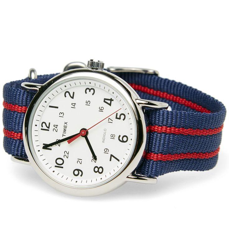Eine Armbanduhr, die man tragen kann, ohne sich in große Unkosten zu stürzen, die aber durch sportlichen Chic besticht: Timex Weekender Slip Thru Watch. Hier kaufen! #natostrap #timex #uhr