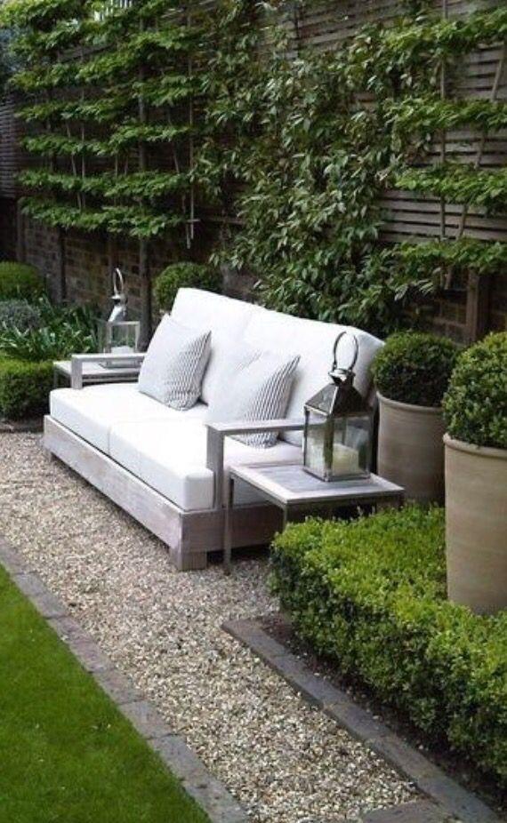 Leuk idee voor een kleine tuin. Landelijke stijl. Rand langs het gras met kiezels oogt ook leuk!