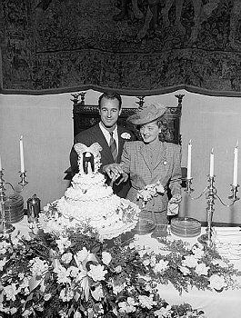 Actress Bette Davis cutting the wedding cake with husband William Grant Sherry on December 3, 1945.