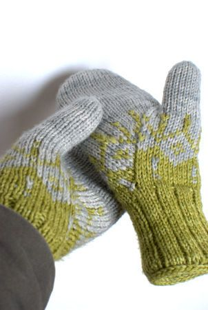 colorwork motif from drops 116-1 a (http://www.ravelry.com/patterns/library/116-1-a---jacket-in-alpaca-and-glitter-with-2-colour-pattern-in-raglan) on gradient mittens pattern (http://www.ravelry.com/patterns/library/gradient---les-moufles).