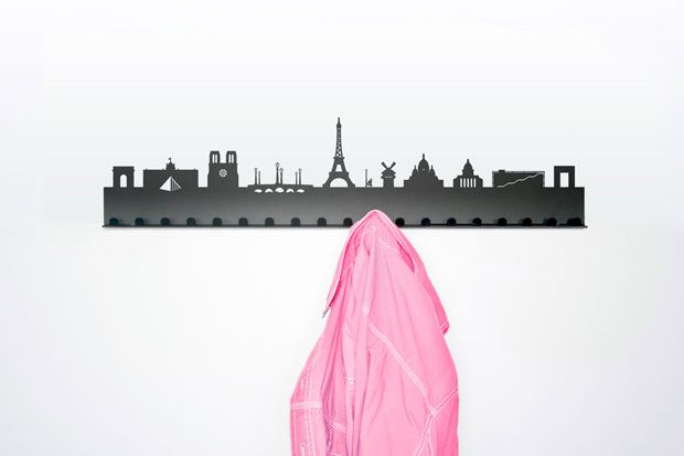 Elige tu ciudad favorita, la que más te guste, y atorníllala a la pared. Con este divertido perchero, los viajeros empedernidos tenemos la oportunidad de disfrutar en casa de algunas de las urbes más famosas del mundo, las que conocemos y las que nos gustaría visitar. Se llama City Coat Racks y reproduce la silueta en negro del skyline de conocidísimas ciudades del mundo. Además, por su diseño moderno y elegante es un perchero perfectamente combinable con cualquier estilo decorativo.