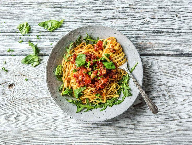 Dit gerecht is een variatie op een klassieke Italiaanse combinatie: pasta met tomaat en verse kruiden. In dit recept wordt er nog aubergine aan toegevoegd. Daarnaast is deze pasta zeer gemakkelijk te maken. Om het extra feestelijk te maken, zitten er semi-gedroogde tomaten bij.