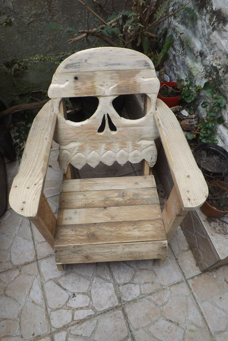 Fauteuil tête de mort / Pallet skull chair #Chair, #Pallets, #Upcycled
