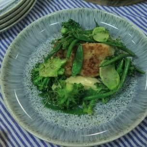 Panerad torsk med dijonmajonäs och gröna grönsaker