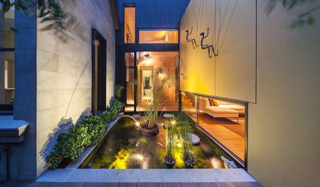 De achterkant van dit Australische huis is iets héél anders dan je verwacht | ELLE Decoration NL