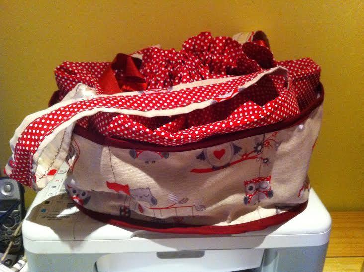 Tároló táska, felül összehúzható, oldalán körben zsebek